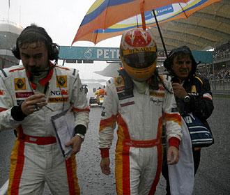 Alonso se retira de la pista tras la suspensi�n del Gran Premio de Malasia por la lluvia