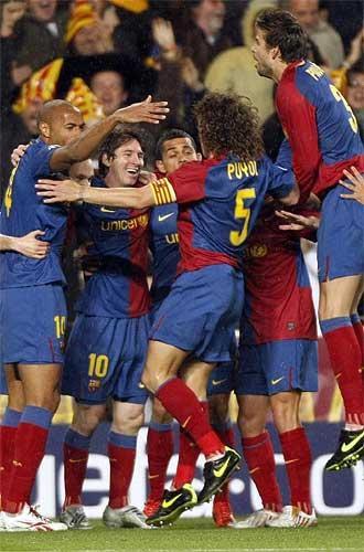 Los jugadores del Barcelona celebran un tanto en el Camp Nou