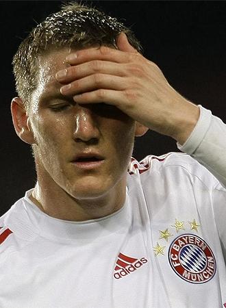 Schweinsteiger se lamenta en el partido ante el Bar�a.