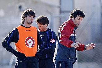 Mandi� da instrucciones en un entrenamiento del H�rcules junto a Tote y Fernando Mor�n, dos de sus jugadores m�s desequilibrantes