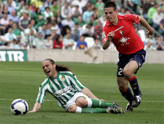 Azpilicueta en un lance de juego con Sergio Garc�a.