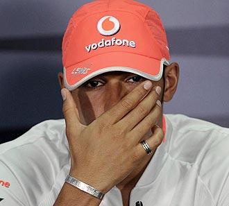 Lewis Hamilton, con l�grimas en los ojos en una conferencia de prensa en Sepang.
