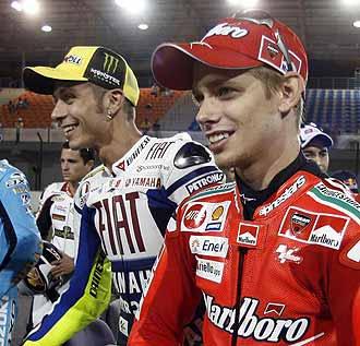 Casey Stoner y Valentino Rossi posan antes del comienzo de los entrenamientos de Qatar.