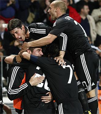Los jugadores del Madrid celebran el gol de Higua�n en M�laga