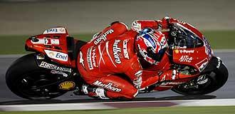 Casey Stoner, a los mandos de su Ducati en Qatar.