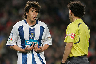 Nayar protesta a iturralde González una decisión de éste durante el Barcelona-Recreativo.