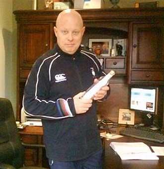 El irland�s Ray Keane ya tiene la botella que debe acabar en las manos de Jonah Lomu