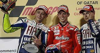 Los dos pilotos del equipo Fiat-Yamaha, Rossi y Lorenzo, acompa�aron a Stoner en el podio.