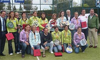 El equipo femenino de Reserva del Higuer�n Sport Club posa momentos despues de proclamarse campe�n de Espa�a