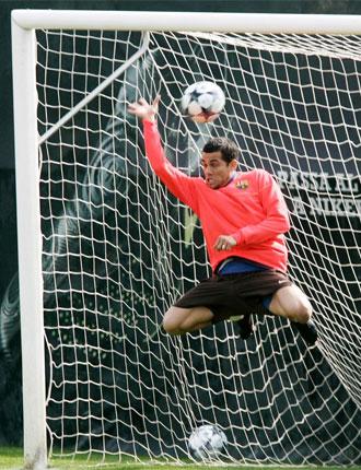 Dani Alves, jugando a ser portero durante un entrenamiento