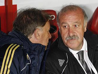 Toni Grande y Vicente del Bosque charlan antes del encuentro ante Turqu�a.