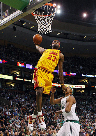 LeBron James machacando el aro de los Celtics