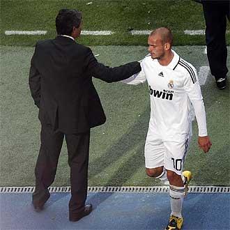 Juande saluda a Sneijder al sustituirlo frente al Valladolid.