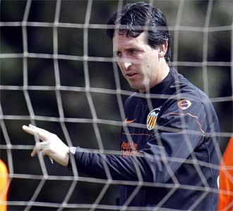 Emery da indicaciones durante el entrenamiento de este viernes.