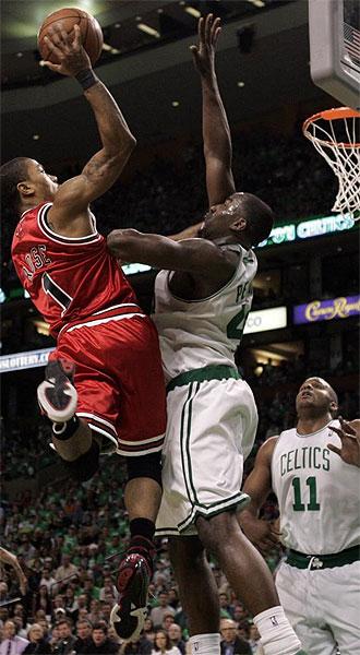 Derrick Rose intenta anotar ante Kendrick Perkins en el primer partido de los playoffs entre Bulls y Celtics