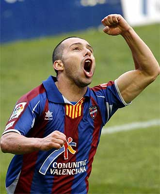 Pedro Vega celebra el gol ante el Huesca.