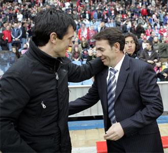 Abel y Pacheta se saludan antes de que comience el partido entre Atl�tico y Numancia.