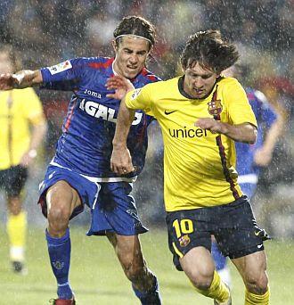 Messi corre junto a Cort�s.