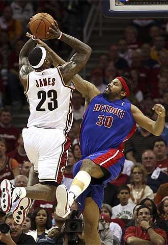 Rasheed Wallace intenta taponar a LeBron James durante el partido.