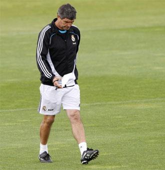 Juande Ramos midiendo distancias antes de un entrenamiento del Real Madrid