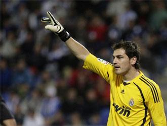 Iker Casillas ordena a sus compa�eros durante el encuentro del Real Madrid ante el Recreativo.