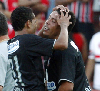 Ronaldo es felicitado tras su tanto