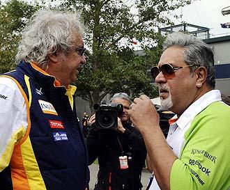 Flavio Briatore dialoga en Australia con Vijay Mallya, propietario del equipo Force India.