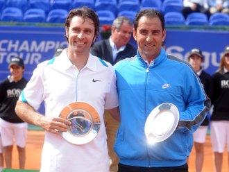 Félix Mantilla y Albert Costa posan en el Real Club Tenis de Barcelona con sus trofeos.