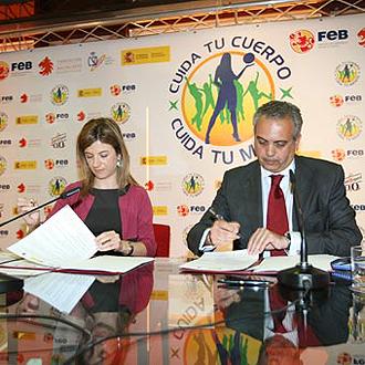 Bibiana A�do y Jos� Luis S�ez firmando el acuerdo