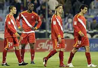 Los jugadores del Sevilla Atlético. abatidos tras encajar un gol