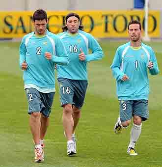 Melli y Fernando Vega, con Pavone en el centro, en un entrenamiento del Betis
