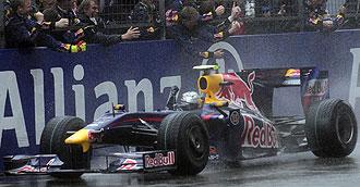 Vettel cruza como ganador la meta del Gran Premio de China ante la alegr�a de su equipo.