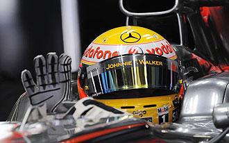 Lewis Hamilton se prepara para salir a la pista en los entrenamientos del Gran Premio de China.