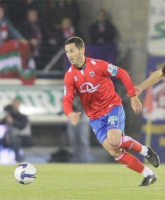Nagore controla un bal�n en el choque ante el Athletic.