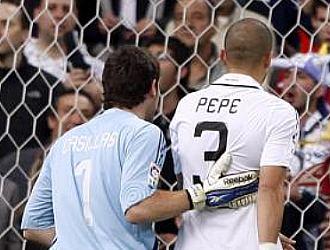 Casillas trata de calmar a Pepe tras su penalti sobre Casquero.
