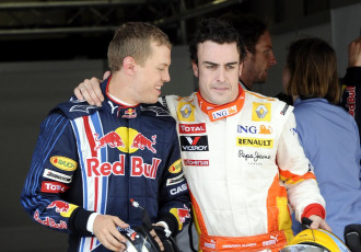 Vettel celebra junto a Fernando la 'pole position' conquistada en el Gran Premio de China.