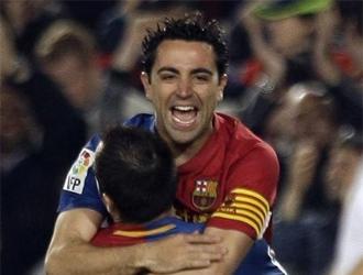 Iniesta abraza a Xavi tras el cuarto