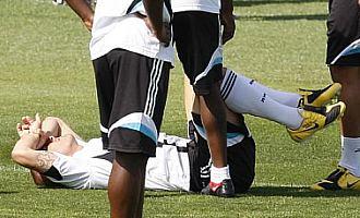 Cannavaro se duele tras recibir un golpe de Drenthe, este viernes en Valdebebas.