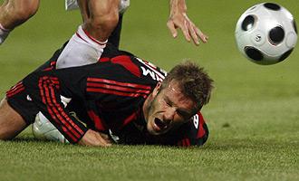 Beckham se queja de una entrada como futbolista del Milan.