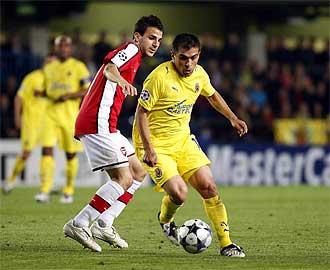 Cesc e Ibagaza durante el partido disputado en El Madrigal entre Villarreal y Arsenal.