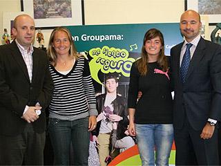 Carolina Navarro y Alejandra Salazar posan con los responsables de Seguros Groupama