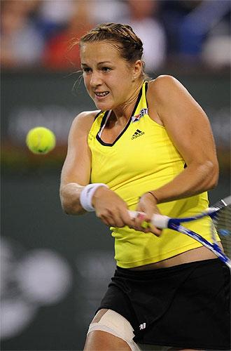 Pavlyuchenkova golpea una pelota.