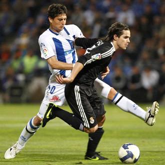 Jesús Vazquez pelea el balón con Gago
