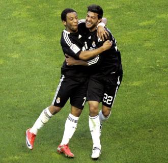 Torres celebra con Marcelo el cuarto tanto del Madrid en Sevilla