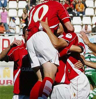 Los jugadores del Murcia celebran un gol.