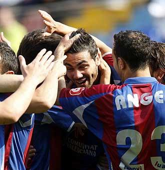 Los jugadores del Levante celebran un gol.