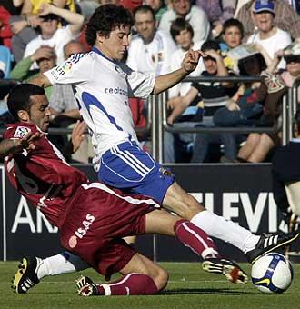 Ander Herrera lucha por un bal�n con Ricardo.