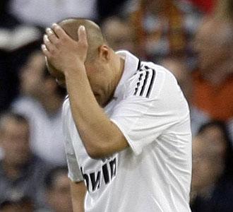 Cannvaro se lamenta tras el 2-6 del Barcelona.