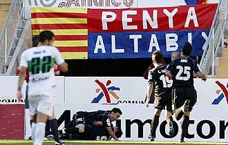 Los jugadores del Xerez se abrazan a Mario Bermejo, tumbado en el suelo, para celebrar el gol del triunfo en Elche