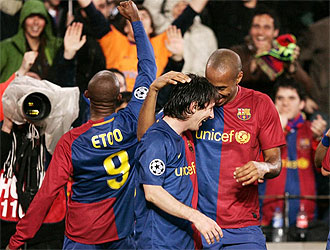 Etoo, Henry y Messi celebran un gol